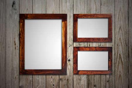 marco madera: viejo marco de madera en la pared
