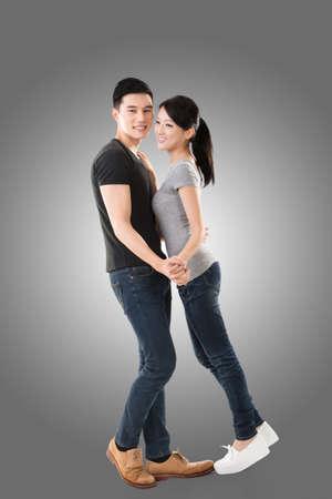jeune couple danse asiatique avec le visage souriant.
