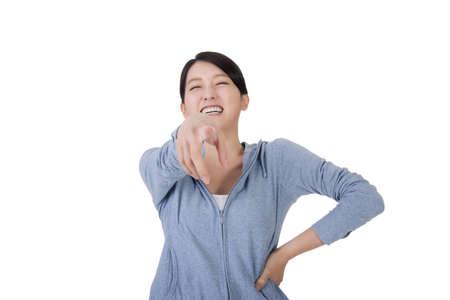 jeune femme asiatique en riant avec le visage drôle