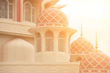 Architectuur van de moskee met rode ondergang van het dak.