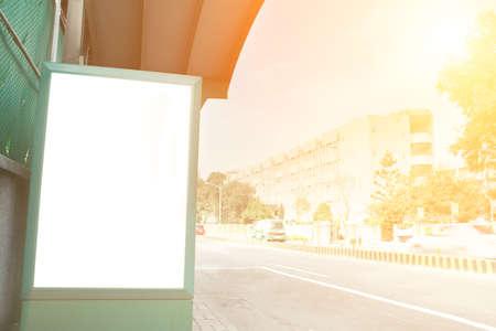 publicidad exterior: Cartelera en blanco en la mañana de la ciudad bajo el cielo azul.