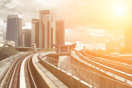 철도와 쿠알라 룸푸르, 말레이시아, 아시아에서 높은 사무실 건물 풍경.