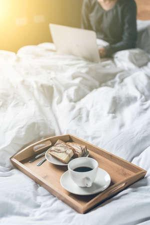 trabajando en casa: concepto de trabajo en casa con la mujer usando la computadora portátil en la cama