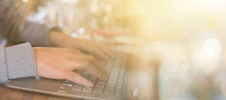 trabajando en casa: concepto de trabajo en el país por la mujer usando la computadora portátil en la mesa con copyspace