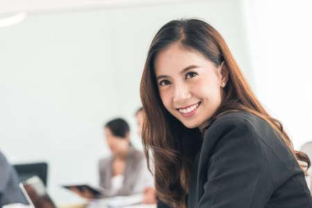 Smiling business woman portrait of Asian Banque d'images