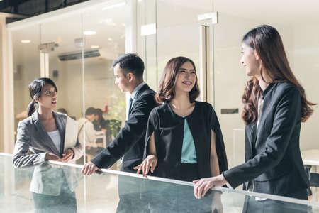 アジア ビジネスの話す人々 とのチャット 写真素材