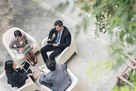 アジア ビジネスの若いチームを屋外で議論します。 写真素材
