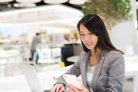 plaza comercial: Asiático, joven, empresa  negocio, mujer, leer, mensaje, teléfono, restaurante, centro comercial