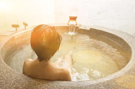 hintere Ansicht der asiatischen fälligen Frau am Pool der heißen Quelle