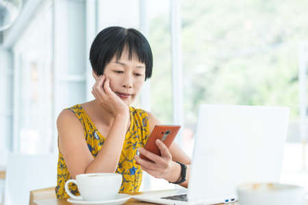 woman working and using cellphone at a coffee shop 版權商用圖片