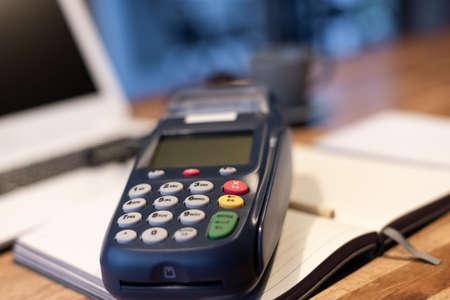 utilizando una máquina de tarjeta de crédito, concepto de pago o compras Foto de archivo
