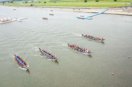 Taipei, Taiwan - Jun 8th, 2019: competitive boat racing in the traditional Dragon Boat Festival in Taipei, Taiwan, Asia Imagens - 124999013