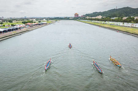 Taipei, Taiwan - Jun 8th, 2019: competitive boat racing in the traditional Dragon Boat Festival in Taipei, Taiwan, Asia Imagens - 124999025