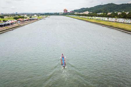 Taipei, Taiwan - Jun 8th, 2019: competitive boat racing in the traditional Dragon Boat Festival in Taipei, Taiwan, Asia Imagens - 127628048