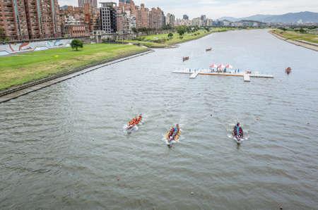 Taipei, Taiwan - Jun 9th, 2019: competitive boat racing in the traditional Dragon Boat Festival in Taipei, Taiwan, Asia Imagens - 127628045