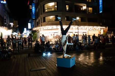 Nantou, Taiwan - August 12th, 2019: street performer dancing and playing in the night at Ita Thao Pier in Nantou county, Taiwan 新闻类图片