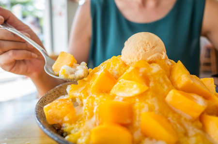 eating mango shaved ice with colorful dessert, famous Taiwanese snacks at Taiwan Stockfoto