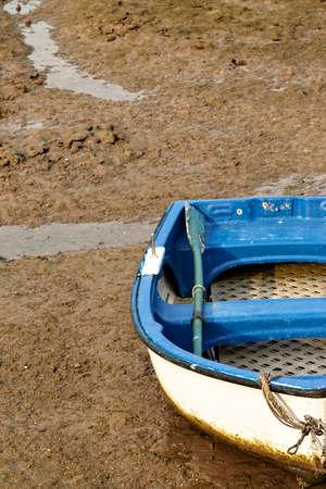 Eenzame roeiboot in San Vicente de la Barquera, Cantabria, afbeelding Spain.Vertical. Stockfoto