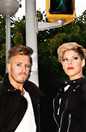 modelos hombres: Moda joven pareja en el medio de la calle. la fotograf�a de moda urbana. vertical de la imagen.