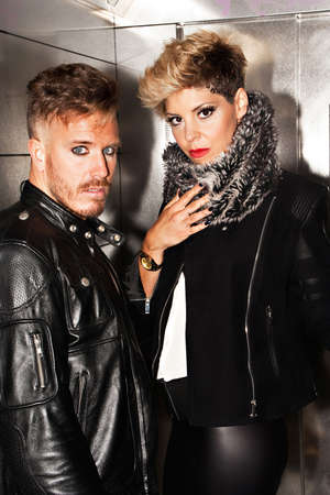 modelos hombres: estilo de la moda urbana joven pareja mirando a la c�mara. la fotograf�a de moda urbana. vertical de la imagen.