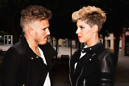 modelos hombres: Moda joven pareja en busca de complicidad. la fotograf�a de moda urbana. Imagen horizontal. Foto de archivo