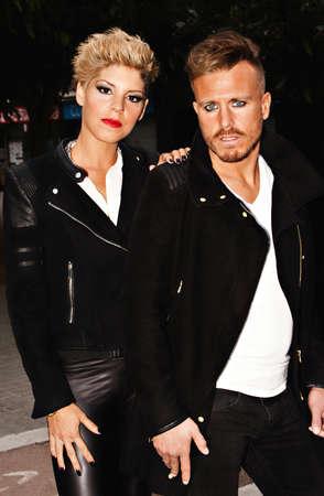modelos hombres: Moda joven pareja de pie en la calle. la fotograf�a de moda urbana. vertical de la imagen. Foto de archivo