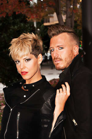 modelos hombres: vestido de la pareja de moda en negro con peinado de moda. la fotograf�a de moda urbana. vertical de la imagen.