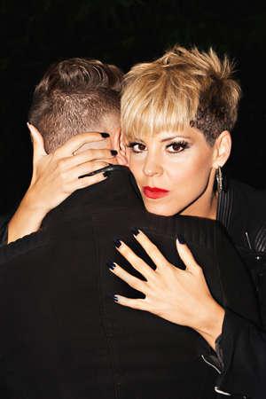 modelos hombres: Moda abrazar joven pareja rom�ntica. Ella mira a la c�mara. la fotograf�a de moda urbana. Imagen horizontal.