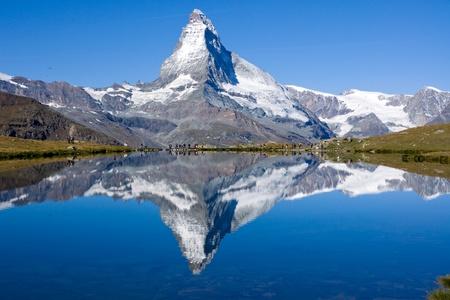 swiss alps: Turystów z przodu Matterhorn Zdjęcie Seryjne