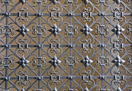 puertas de hierro: Seguridad de forja decorativa Foto de archivo