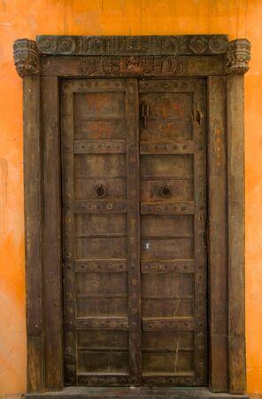 fermer la porte: Belle porte en bois
