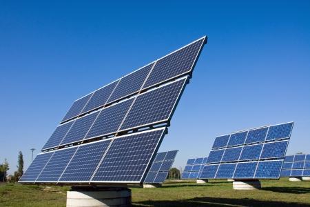 kassen: Zonne-energie panelen op een weide