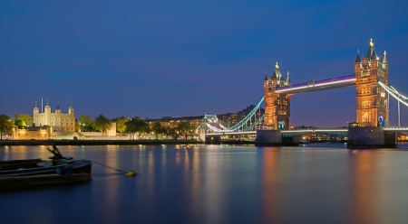 londre nuit: Tower Bridge et la Tour de Londres