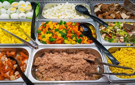 Buffet de ensaladas con un montón de opciones