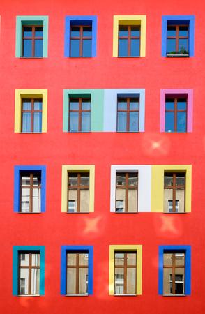 Colourful facciata edificio rosso