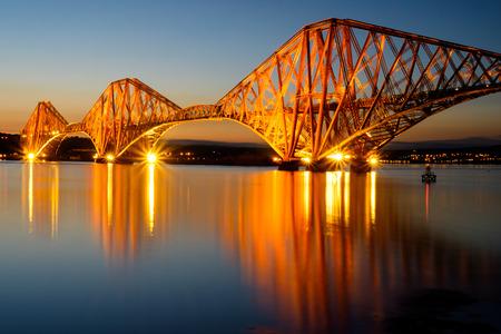 De Forth Rail Bridge verlicht bij dageraad