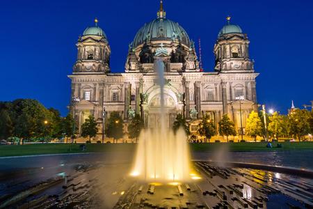 waterspout: Il Berlin Dom e una fontana tromba all'alba Archivio Fotografico