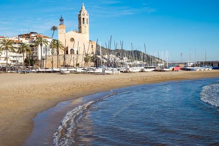 barcelone: L'�glise et la plage de Sitges, une petite ville pr�s de Barcelone Banque d'images