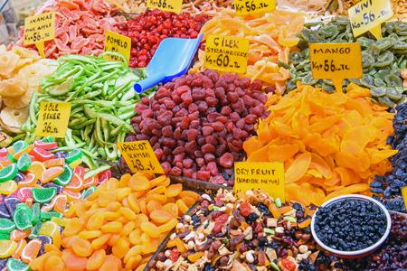 frutas secas: Frutos secos en el mercado de especias de Estambul, Turqu�a