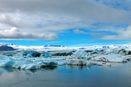 mare agitato: Iceberg a Jokulsarlon ghiacciaio laguna in Islanda Archivio Fotografico