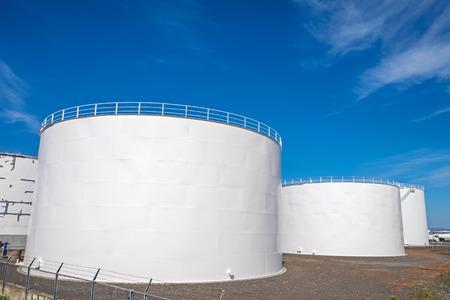 industria petroquimica: tanques de almacenamiento de gas blanco en el puerto de Reykjavik, Islandia