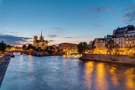 ile de la cite: Notre Dame and the Ile de la Cite in Paris at dawn Stock Photo