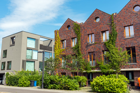 Moderne huizen gemaakt van bakstenen en beton meren in Berlijn, Duitsland