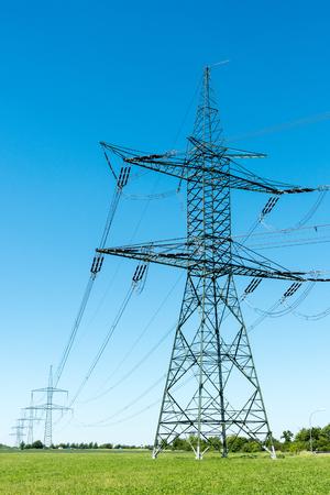 Pylônes électriques et lignes de transmission vus en Allemagne Banque d'images - 81602122