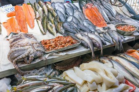 Vis en zeevruchten op een markt in Santiago, Chili