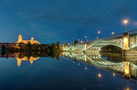 La Cattedrale di Salamanca e il fiume Tormes con il Puente de Enruque Estevan di notte Editoriali