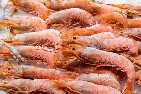 Crevettes congelées à vendre sur un marché à Madrid, Espagne Banque d'images