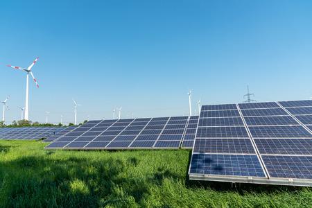 Hernieuwbare energieopwekking en stroomtransmissielijnen gezien in Duitsland