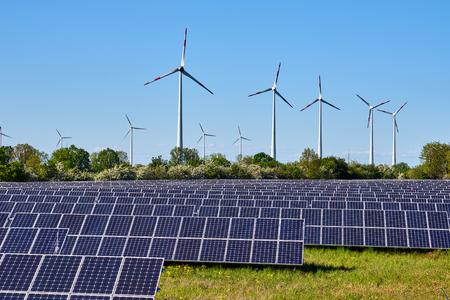 Paneles solares y lagos de plantas de energía eólica en Alemania