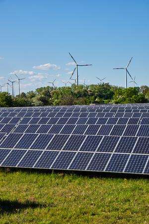 Sonnensystem und Windkraftanlagen Seen in Deutschland